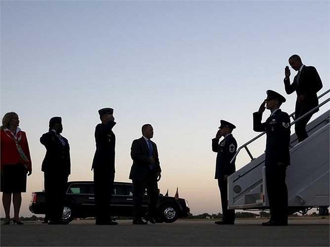 Tổng thống Obama gửi lời chào tới các sỹ quan khi ông bước xuống từ sân bay