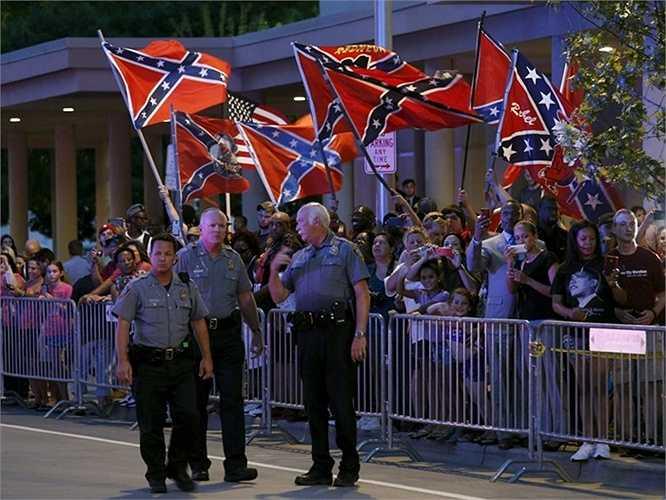 Cảnh sát đứng tại hàng rào bên ngoài nơi ở của ông Obama ở thành phố Oklahoma