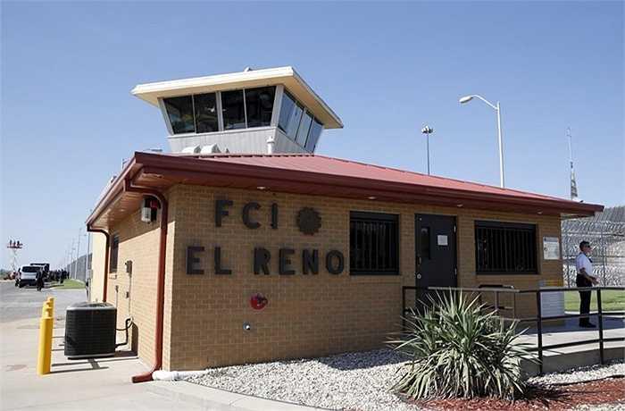 Lực lượng cảnh sát đặc biệt trước cổng nhà tù El Reno