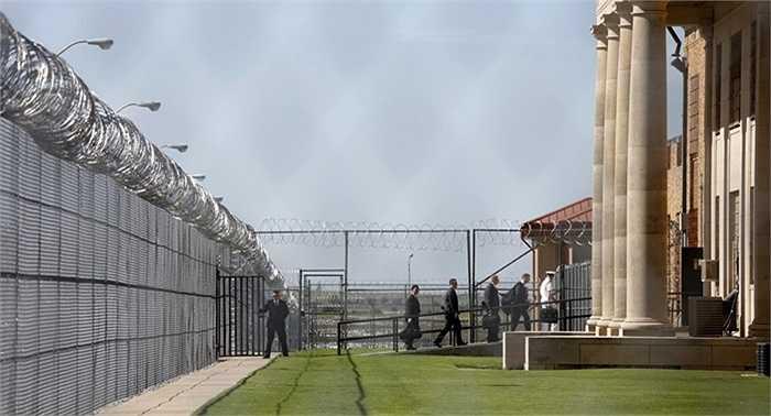Những người phụ tá cùng tổng thống bước vào khu vực nhà tù El Reno