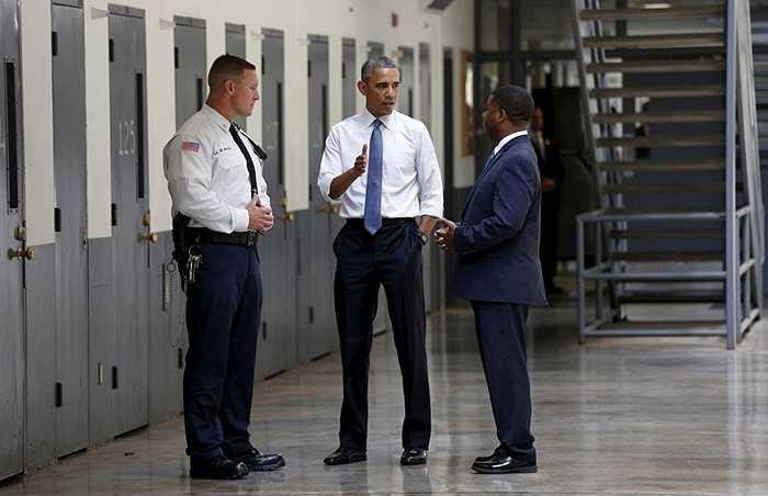 Tổng thống Obama nói chuyện với giám đốc trại giam Charles Samuels (phải) và sỹ quan cải huấn Ronald Warlick