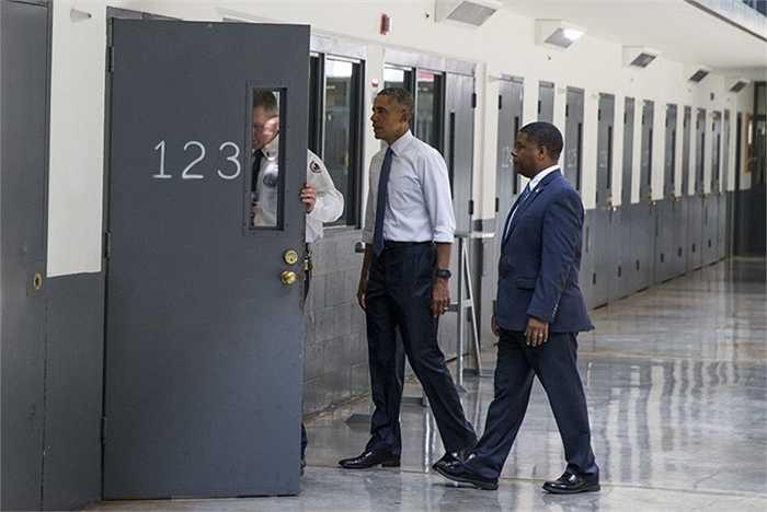 Tổng thống bước vào bên trong khu vực buồng giam