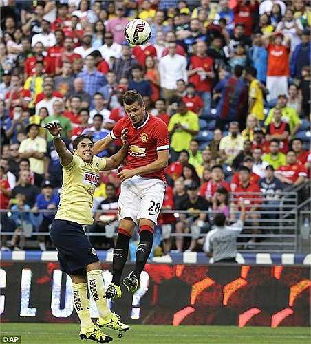 Và Morgan Schneiderlin là cầu thủ đầu tiên ghi bàn cho Man Utd ở mùa này. Một cú đánh đầu ở tư thế vô cùng khó.