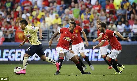 Ngoài Morgan Schneiderlin, trong hiệp 1, Van Gaal còn để Darmian đá hậu vệ phải còn Depay đá cặp tiền đạo với Rooney