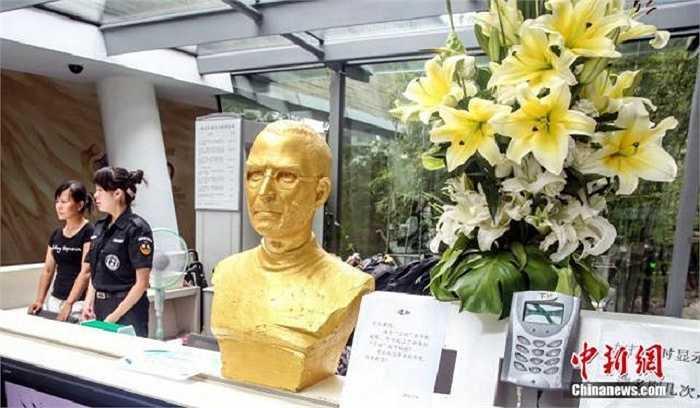 Bức tượng mới được đặt ở quầy lễ tân, ngay cạnh máy quẹt thẻ ra vào dành cho nhân viên hồi đầu tháng này.