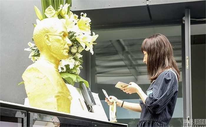 Trả lời phỏng vấn báo giới, đội ngũ chịu trách nhiệm đặt bức tượng vàng lên quầy lễ tân cho hay, mục đích của họ là khuyến khích nhân viên công ty học tập theo tấm gương Steve Jobs.