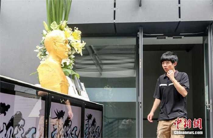 Tuy nhiên, không ít người tỏ ra hoài nghi về khả năng truyền cảm hứng của bức tượng nếu mỗi sáng, nhân viên đều phải đối mặt với một gương mặt và ánh mắt có phần quá mức nghiêm trọng như vậy.