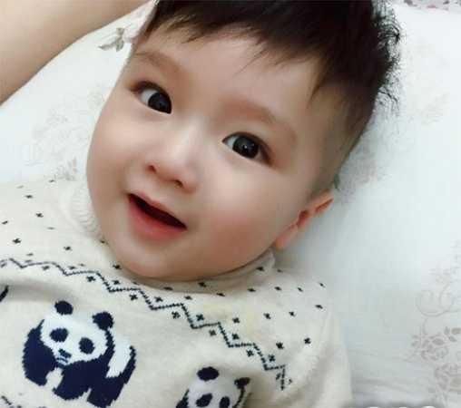 Bé Simba, tên thật là Nguyễn Phúc Nguyên, sinh ngày 26/5/2014. Hot boy nhí mới 11 tháng tuổi từng khiến mọi người 'say như điếu đổ' khi tham gia một cuộc thi ảnh do một bệnh viện lớn tổ chức.