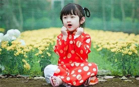 Nhân vật của bộ ảnh là bé Lê Phương Uyên (3 tuổi) ở nhà còn gọi là Tít, đang học ở Trường mầm non Quang Trung 2, TP. Vinh (Nghệ An).