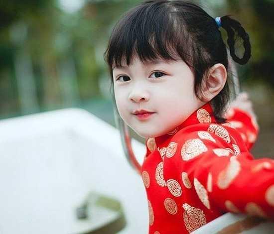Cô bé có khả năng diễn xuất trước ống kính, nhiều lần Phương Uyên diễn theo các nhân vật trong ti vi khiến cả nhà nhiều phen cười thích thú.