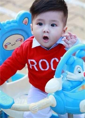 Vẻ điển trai của Simba khiến nhiều người liên tưởng đến thiên thần nhí Hàn Quốc Mason. Nhóc tỳ Mason mang vẻ đẹp lai đáng yêu trong khi Simba thuần Việt 100% cũng dễ thương chẳng kém.