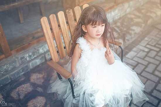 Cô bé thường xuyên xuất hiện trong những bộ váy công chúa vô cùng đáng yêu nhưng không hề 'sến', thậm chí còn giúp cô bé nổi bật.