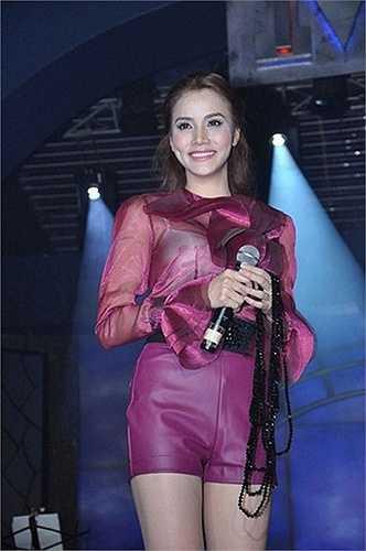 Trang Nhung nên chọn nội y màu cùng với trang phục sẽ đỡ phản cảm hơn.