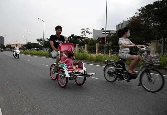 Thời gian vừa qua, ở Hà Nội, dễ bắt gặp những chiếc xích lô mini nhiều màu sắc, gắn thêm đèn và loa phát nhạc chạy tung tăng trong các khu đô thị, vườn hoa, công viên.