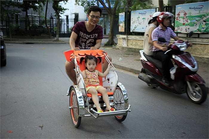 Điều đáng nói, nếu chỉ đi quanh khu đô thị không sao, nhưng nhiều gia đình cho trẻ con chạy ra các tuyến đường lớn, bất chấp nguy hiểm rình rập.