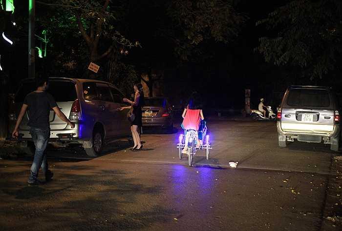 Nhiều trẻ nhỏ không chỉ đi xích lô trong khu đô thị mà còn chạy hẳn ra ngoài đường lớn có thể gây mất an toàn giao thông. (Nguồn: Vietnamnet)