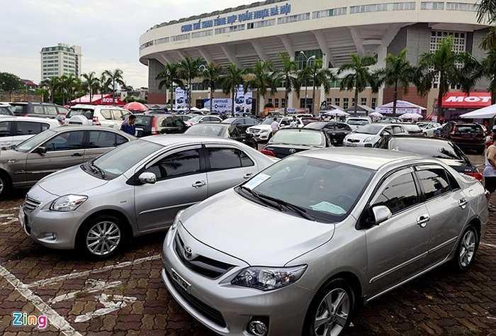 Sáng 18/7, 'Chợ săn xe' được khai mạc tại Hà Nội. Tại đây có khoảng 30 showroom ôtô trên địa bàn Hà Nội đem xe cả cũ lẫn mới tới trưng bày.