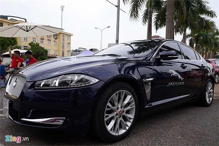 Những chiếc xe siêu sang như Jaguar, Bentley cũng được trưng bày để khách hàng chạy thử. Chợ xe độc đáo này được mở trong hai ngày 17 và 18/7.