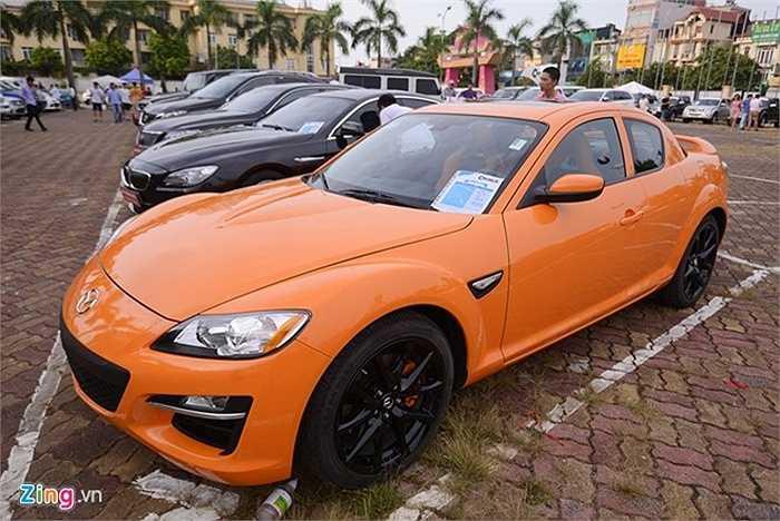 Mặc dù không có nhiều đợt dân buôn bán xe mở chợ bán như thế này nhưng không khí khá vắng vẻ. Trong ảnh là chiếc Mazda RX 8 sản xuất năm 2008 xếp hàng chờ khách với giá 1,18 tỷ đồng rao bán.