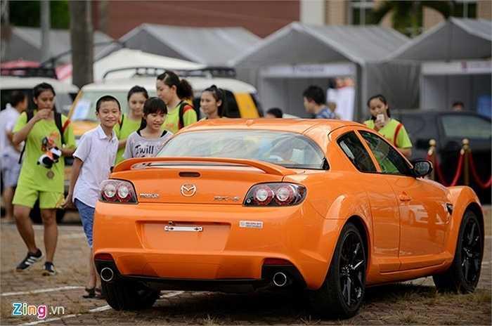 Nhiều trẻ em cũng đến ngắm xe. Chúng thích thú những chiếc có kiểu dáng thể thao, màu sắc sặc sỡ.