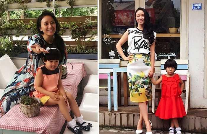 Trương Hằng và con gái trong buổi chụp hình cho tạp chí.