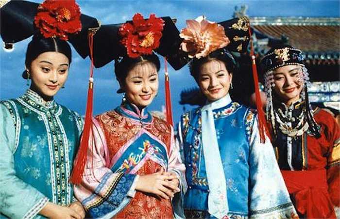 Trương Hằng (bìa phải) cùng Triệu Vy, Lâm Tâm Như, Phạm Băng Băng thời đóng Hoàn Châu Cách Cách (1997).