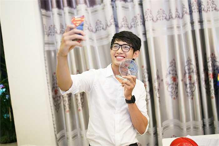 Xuất hiện tại sự kiện, Quang Đăng diện áo sơmi trắng và quần tây hoạ tiết kẻ sọc. Phong cách trẻ trung, giản dị kết hợp với gương mặt điển trai giúp Quang Đăng trông như một chàng thư sinh.
