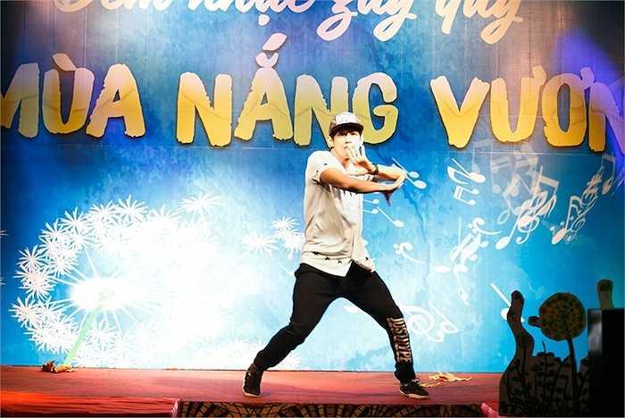 Cũng trong chương trình, Quang Đăng góp mặt trình diễn một tiết mục nhảy theo phong cách hip hop.