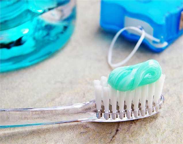 Không bao giờ dùng chung bàn chải đánh răng với bất cứ ai, thậm chí là thành viên trong gia đình mình. Thay bàn chải đánh răng ba tháng một lần hoặc sau khi bị cảm hay bệnh khác để tránh nhiễm lại bệnh.