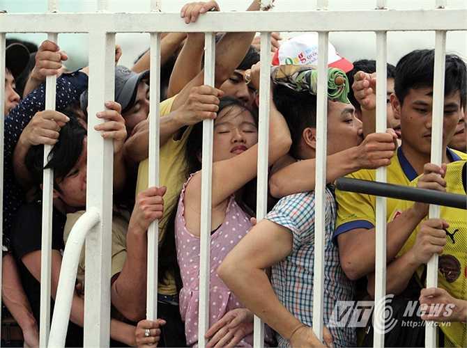 Không ít người gồng mình chống đỡ trước áp lực của đám đông chen lấn, xô đẩy. (Ảnh: Hà Thành)