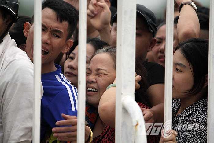 Một người hâm mộ lớn tuổi gào thét trong đám đông vì không chịu được sức ép. (Ảnh: Hà Thành)