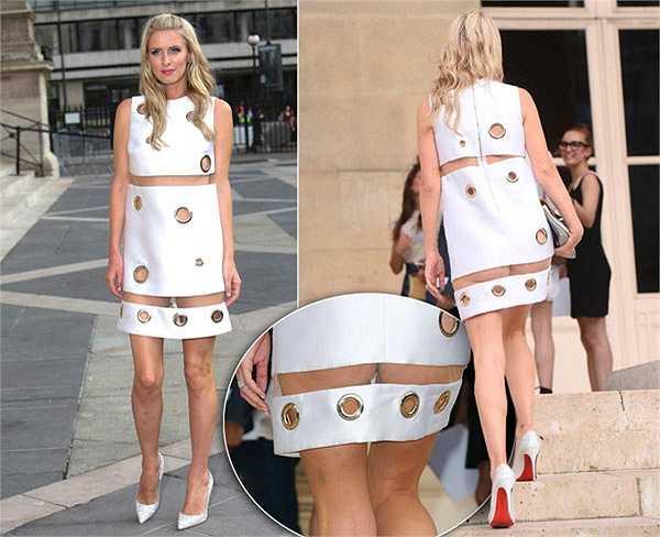 Ricky Hilton - em gái Paris Hilton diện chiếc váy trắng pha chất liệu xuyên thấu lộ vòng 3 phản cảm tại show diễn của Versace trong khuôn khổ tuần lễ thời trang Paris Haute Couture hồi đầu tháng.