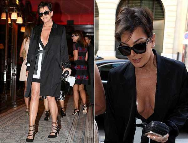Dù đã gần 60 nhưng mẹ Kim Kardashian, bà Kris Jenner vẫn thích thú với những trang phục sexy. Ngôi sao truyền hình thực tế vô tình lộ miếng dán ngực vì chiếc váy hở hang.