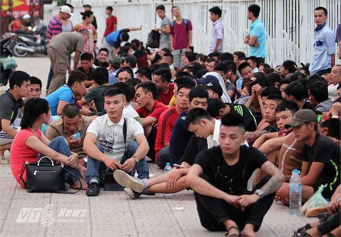 Bởi trước đó từ đêm qua, rất đông người đã thức trắng, xếp hàng chờ tới giờ mở cửa bán vé.