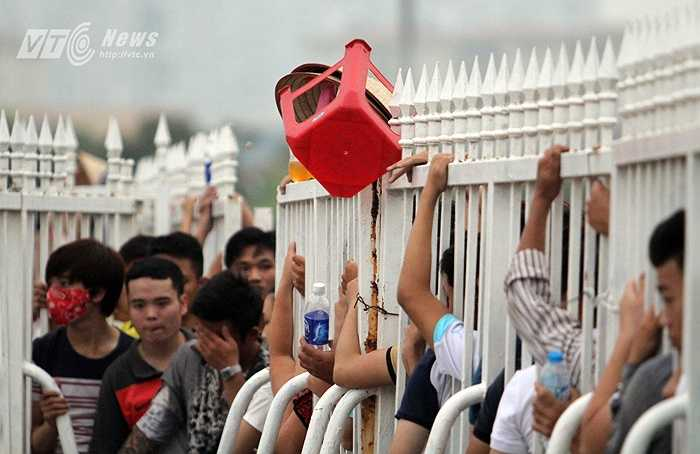 Một chiếc ghế treo trên hàng rào của một người hâm mộ đi nhận chỗ từ đêm qua.