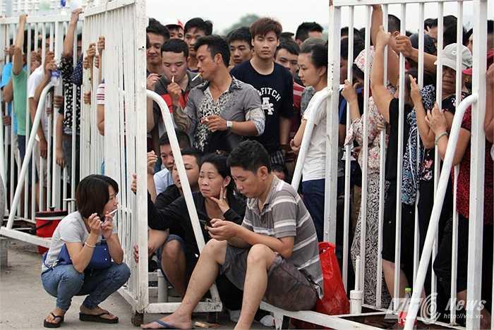 Hàng người giữ chỗ ngay trước cửa vào khuôn viên sân Mỹ Đình.