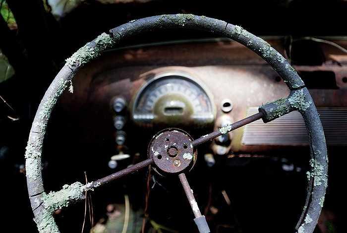 Tay lái hoen gỉ của chiếc xe bỏ hoang