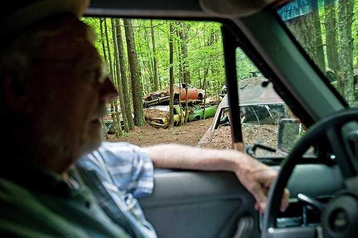 Có nhiều người tò mò đến đây thăm những chiếc xe bỏ hoang