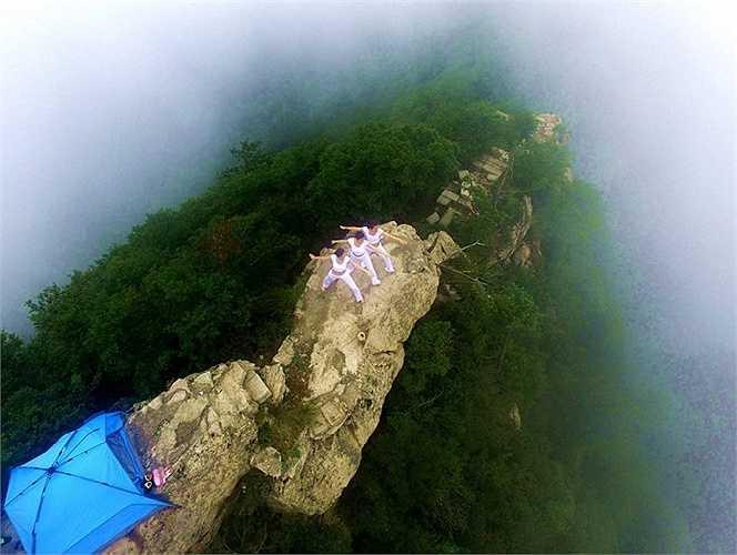 Những người đẹp Trung Quốc chọn đỉnh Funiu cao 2000m để tập yoga