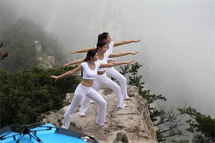Phong cảnh đẹp như chốn bồng lai tiên cảnh trở thành cái nền lý tưởng cho các thiếu nữ đam mê yoga