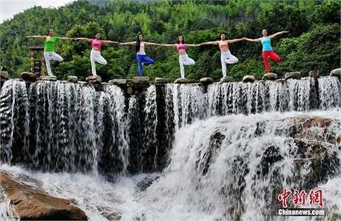 Trước đó, các cô gái này đã tập yoga tại thác nước nổi tiếng Núi Dazhang thuộc Thung lũng Wolong, tỉnh Giang Tây, Trung Quốc.