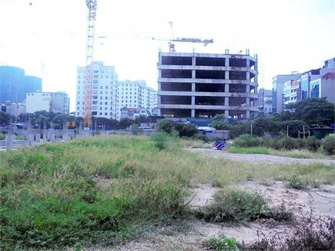 Được khởi công từ năm 2013, dự kiến hoàn thành vào năm 2016, đến nay vẫn chỉ là bãi đất trống quây tôn.