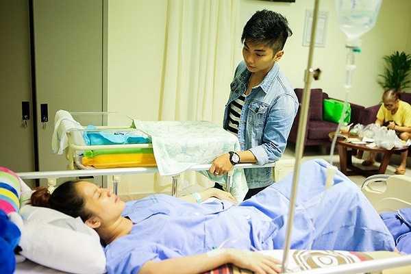 Từ lúc Khánh Thi được chuyển về phòng phụ sản, Phan Hiển luôn ở cạnh chăm sóc người yêu.