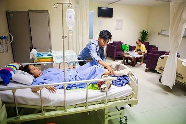 Hiện sức khỏe của Khánh Thi vẫn chưa phục hồi. Do thuốc tê đã hết tác dụng nên nữ kiện tướng phải chịu đựng những cơn đau từ vết mổ. Phan Hiển cho hay phải mất một tuần Khánh Thi mới khá hơn và xuất viện.