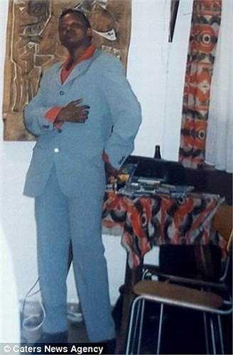 Charles buộc phải phẫu thuật cắt ngực để giấu các thành viên trong gia đình mình về bí mật giới tính khi bước sang tuổi 21.