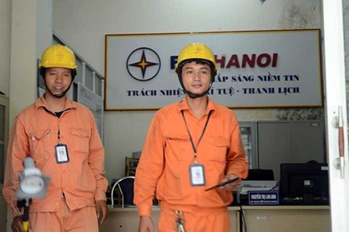 Công ty Điện lực Cầu Giấy đang trang bị 45 bộ thiết bị này cho 9 tổ công tác để phục vụ việc ghi số điện vào ngày 3-14 hàng tháng. Các nhân viên không phải khổ sở vác thang đi leo cột mới ghi được số điện như mọi khi