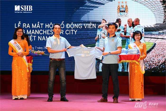 Đại diện Hội CĐV Man City Việt Nam và nhà tài trợ SHB trao tặng áo đấu. (Ảnh: Quang Minh)