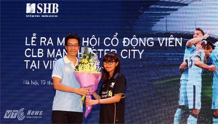 Đại diện Hội CĐV Liverpool chúc mừng Hội CĐV Man City. (Ảnh: Quang Minh)