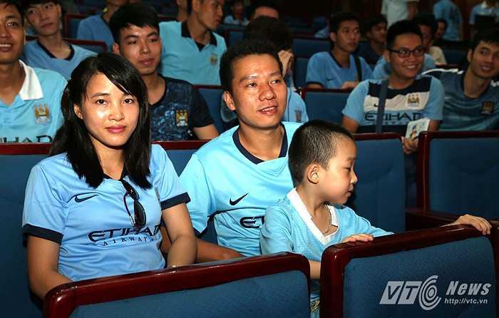 Một gia đình cùng có chung tình yêu dành cho Man City. (Ảnh: Quang Minh)