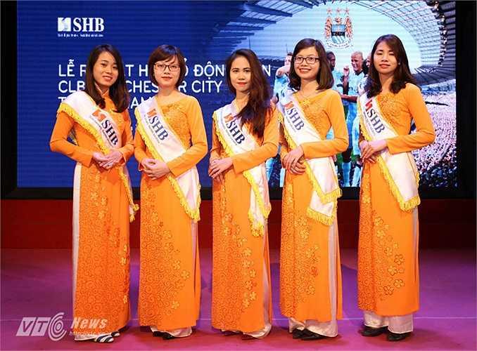 Dàn lễ tân tham gia sự kiện. SHB là nhà tài trợ chính cho Hội CĐV Man City tại Việt Nam. (Ảnh: Quang Minh)